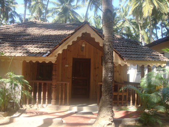 The cottages of Kates are 100% made in wood and bang on Palolem